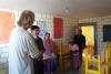 04 met trots laten Victor, Julia, Daniel, Alvaro en Jessika ons de goed gebouwde en ingerichte leslokalen zien. Daniel vertaald, en hilariteit als we elkaar ook met handen en voeten begrijpen