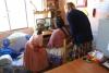 09 Julia laat foto's zien van de activiteiten binnen het project, de kinderen in de klas, maken van huiswerk, spel, uitjes, voorlichting, toneel door en voor de kinderen, activiteiten met ouders