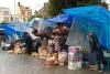 16 het is nog vroeg in de ochtend, in de miezerige regen worden de kleurige marktstalletjes al klaargemaakt