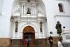 21 ingang van de Basiliek, rechts het standbeeld van de beeldhouwer Francisco Tito Yupanqui. Francisco Tito creëerde het beeld van de Maagd.