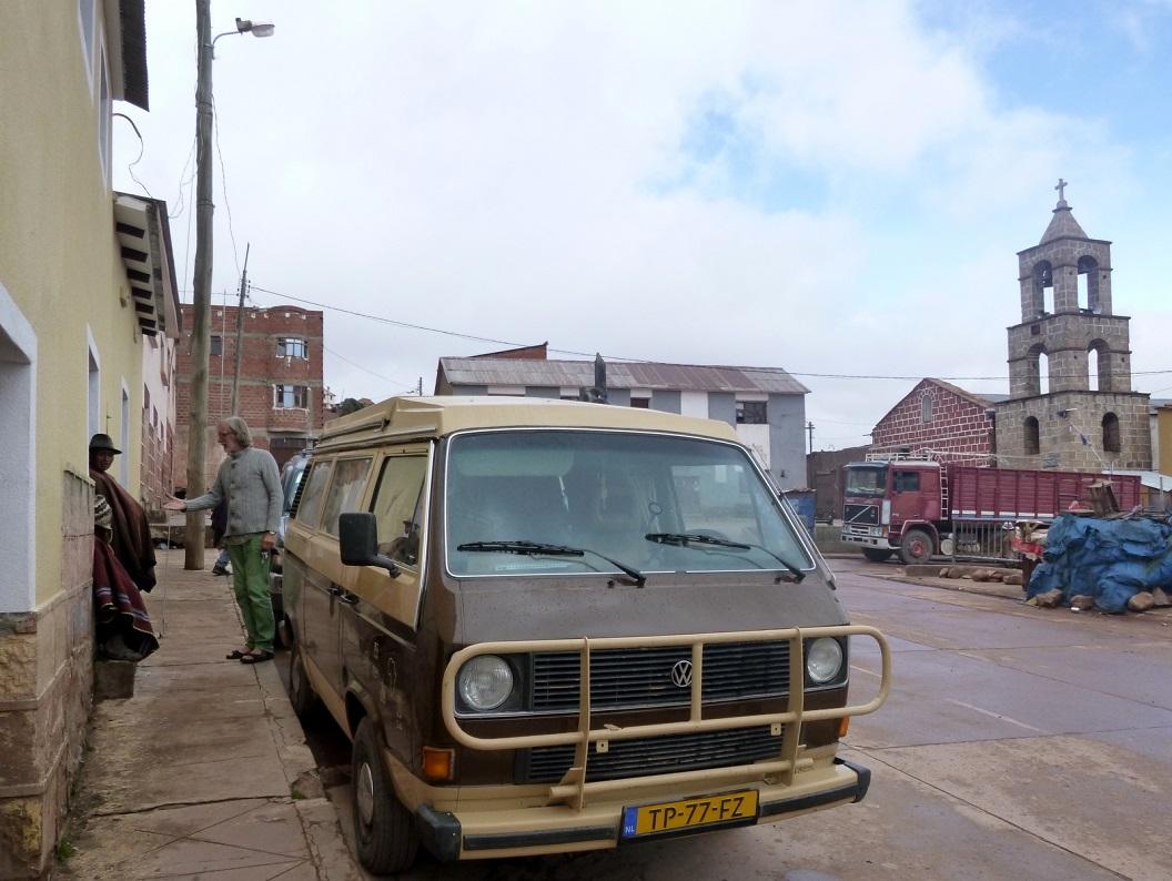 13 op het dorpspleintje, de Plaza, ontmoeten we een vriendelijke winkeleigenaar die het prima vindt dat we voor zijn winkeltje blijven overnachten