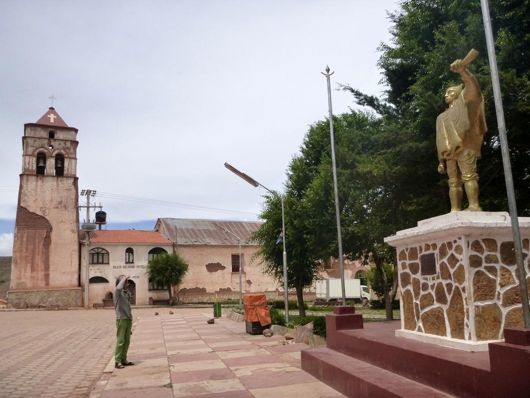 15 in het dorpje Macha nemen we tijd voor een korte stop, wandelingetje over het plein, bezoeken het kerkje, kopen versgebakken brood en maken onze koffie