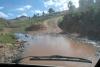 11 hoe diep is deze drift..., rivier die over de weg stroomt