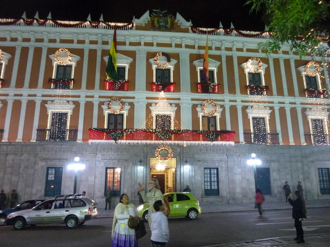 01 Kerstsfeer in Central La Paz. Samen met Julia en Victor Huacani en zoontje Elvaro naar het historische centrum, een prachtige kennismaking. Op de achtergrond Presidential Palace La Paz