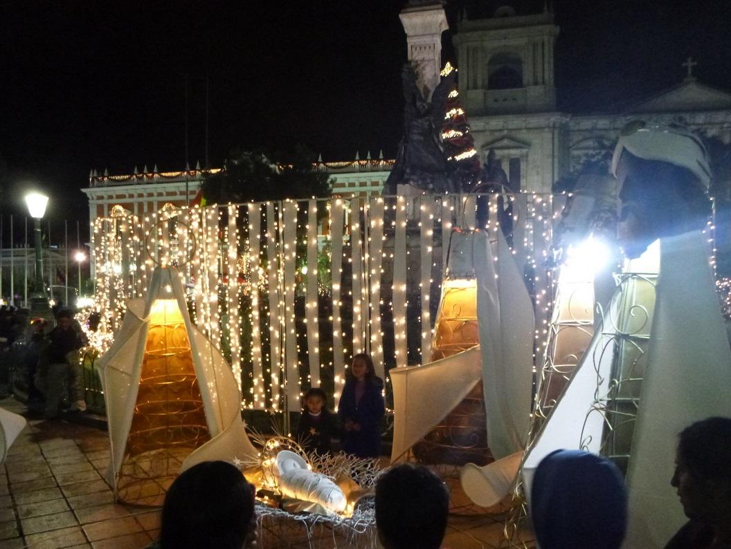 03 op het plein meer dan levensgroot een bijzondere kerststal waar ieder graag bij stil blijft staan