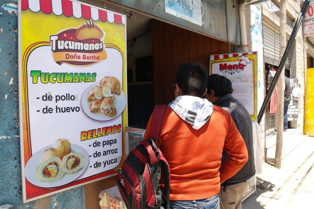 05 We kunnen bij een tussenstop hier niet zonder proeven aan voorbij gaan-Broodje Bertha-Broodje van de Andes-Tucumanas groente-ei