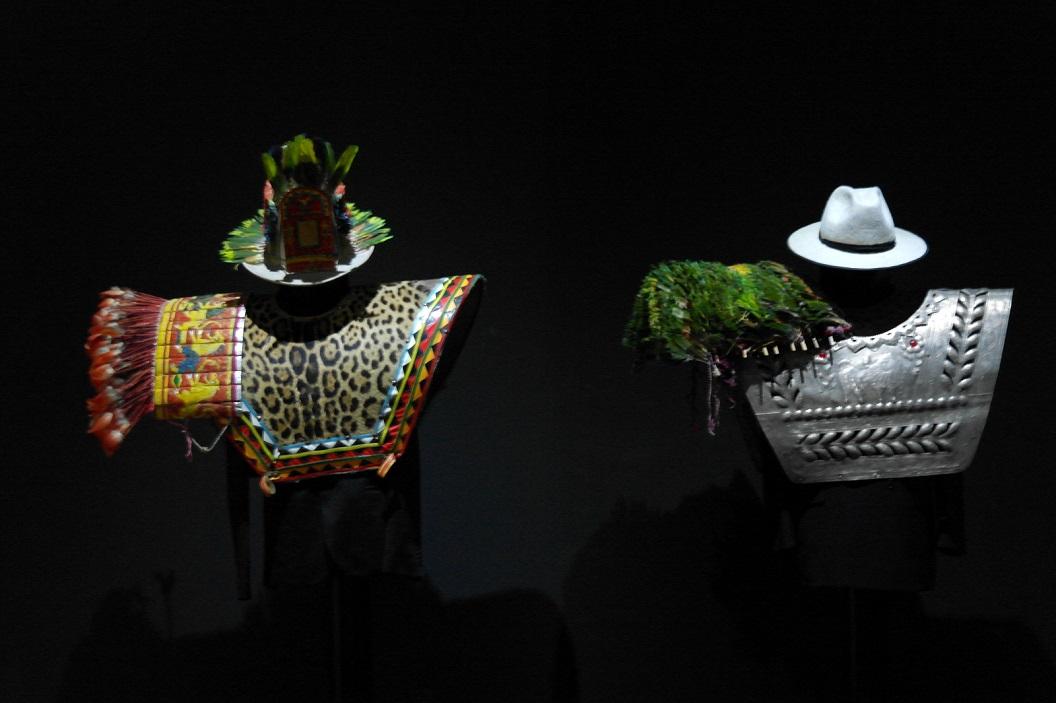 12 traditionele kleding gedragen op hoogtijdagen, kleding van natuurlijk materiaal uit de Andes, veren, leer, vilt en zilver