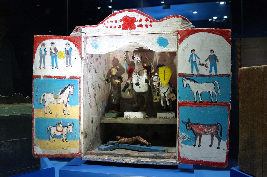 13 tentoonstelling van eeuwenoude eigen gemaakte kapelletjes door de lokale traditionele indiaanse bevolking. Vermenging van de R.K leer met hun eigen traditionele religie