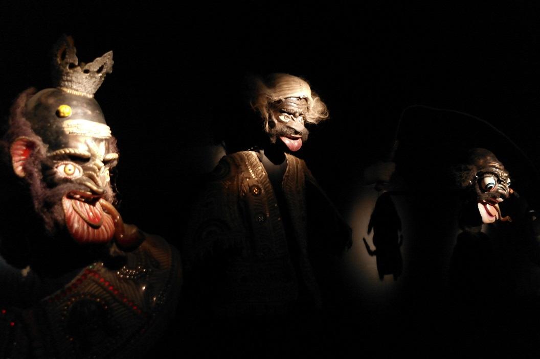 15 maskers zowel voor ritueel als folkloristisch gebruik, voor het vertellen van verhalen. Elkaar via maskers en toneel een spiegel kunnen voorhouden