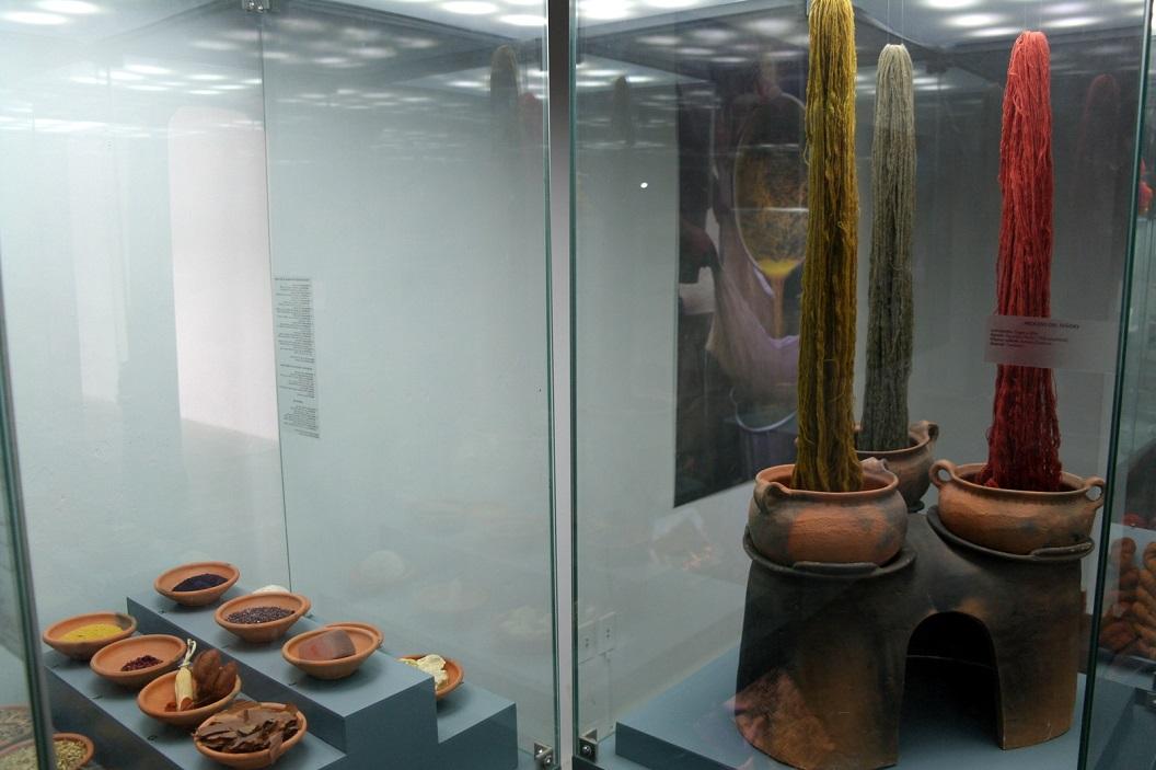 21 voorbeelden van verven wol met natuurlijke materialen, vruchten, bladeren en cochenillerood van schildluis op cactussen