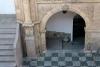 06 historisch detail van trap en poort op de binnenplaats - ingang van Museo Nacional de Etnografia y Folklore (oorspronkelijk bouw tussen 1776-1790 en was eens het huis van de Marqués Villaverde)