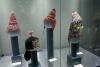 17 hoofddeksels, de vier wollen mutsen met oorflappen worden volgens de traditie gedragen door mannen. Het zwarte hoofddeksel met achterflap door jonge ongetrouwde vrouwen.