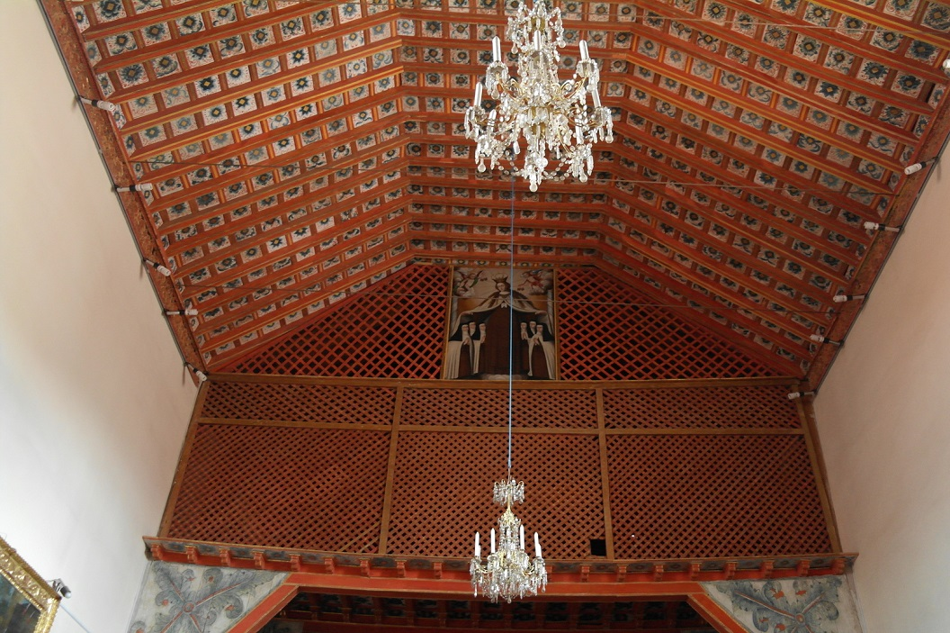 11 bovenruimte, het koor, waar de zusters achter schot en gordijn de kerkdienst bij konden wonen
