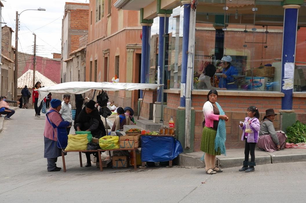 27 op bijna elke hoek is er wel een marktkraampje, verkooppunt van eigen producten, fruit, groente, drankjes