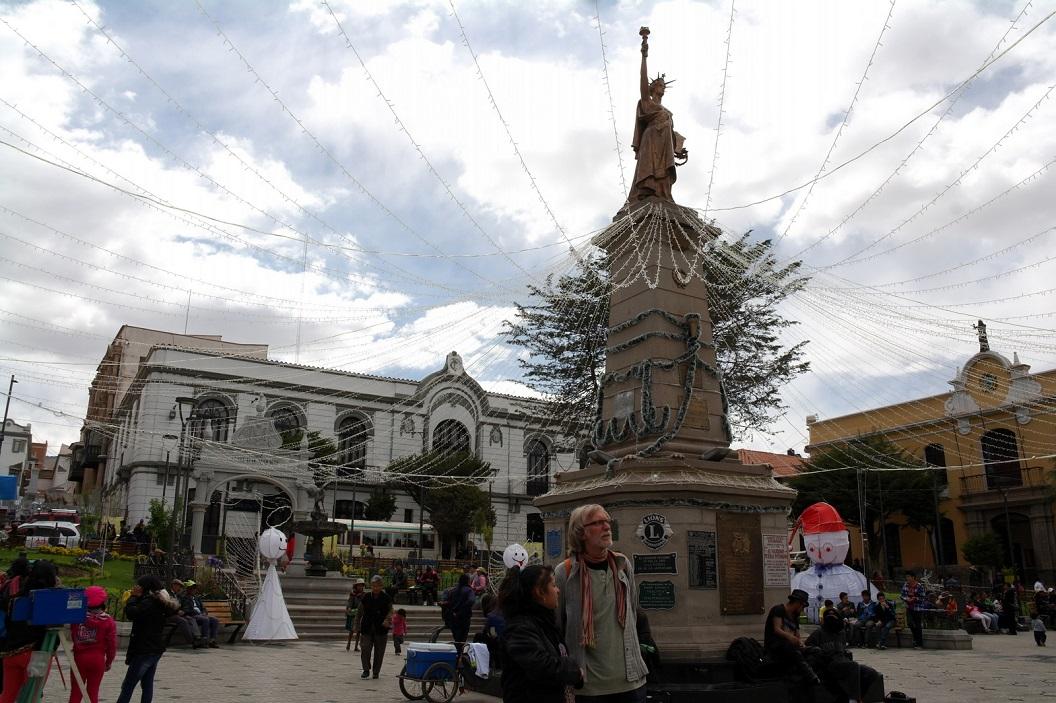 32 Plaza Central compleet in het teken van de kerst. Op de achtergrond Casa Nacional de Moneda