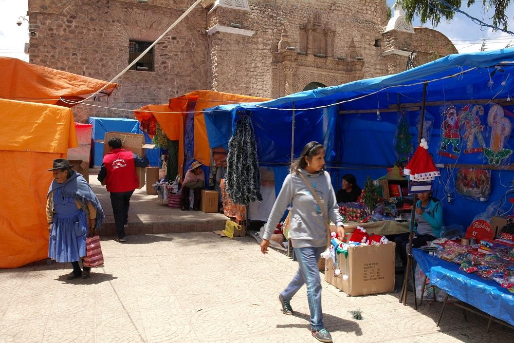 41 op het plein rondom Iglesia San Bernardo, Potosi volop kerstmarkt