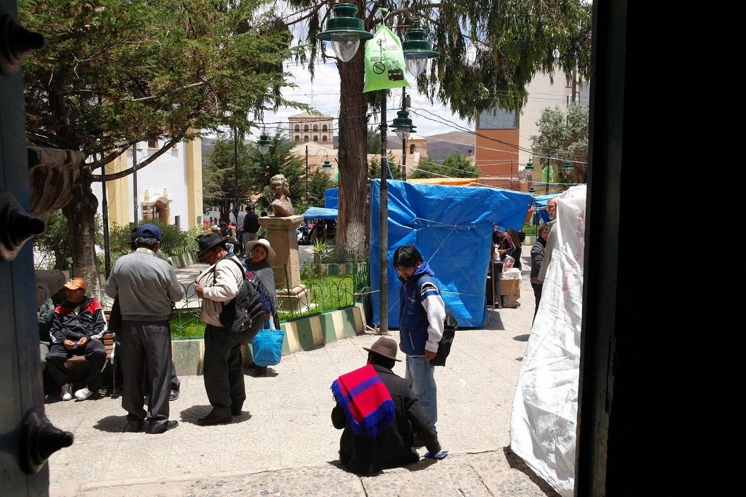 45 volop activiteit bij de uitgang en rondom Iglesia San Bernardo, Potosi