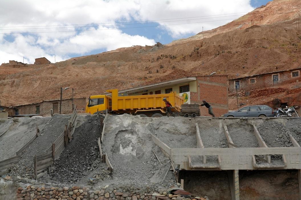58 wagen vol gesteente met handkracht voortgetrokken en geduwd