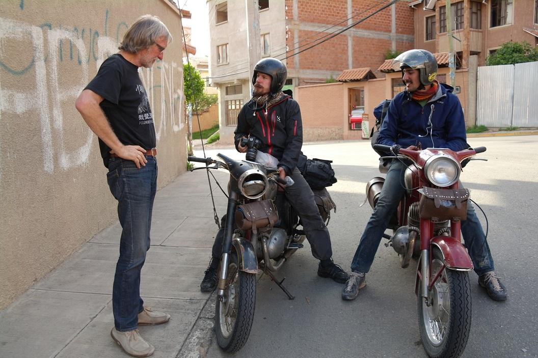 04 Wim in gesprek met twee enthousiaste jonge Zwitserse motorliefhebbers op hun Java's en gezamenlijke liefde voor Oldies