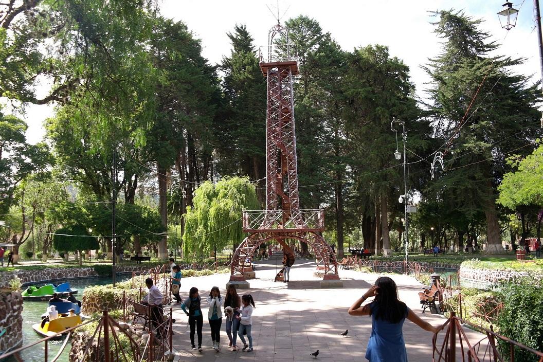 10 In het Parque Bolivar staat een Kopie van de Eiffeltoren, eromheen slingert een grachtje - de Seine - nu met waterfietsen, een geliefd recreatiepark