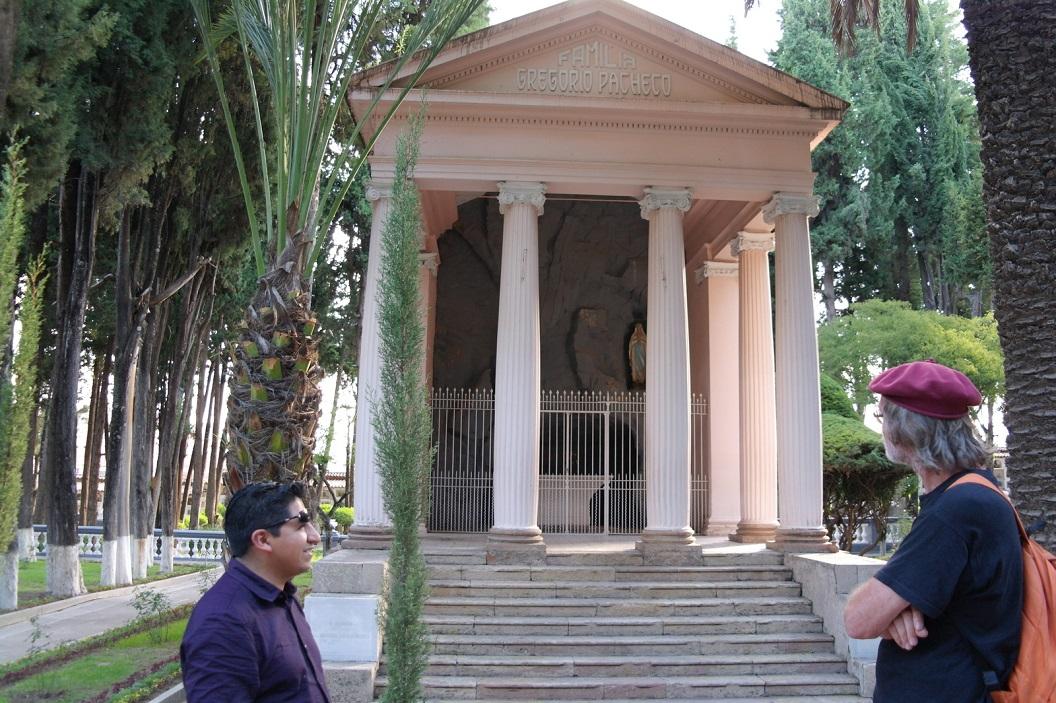 21 mausoleum Familia Gregorio Pacheco, gids Sergeo vertelde over Gregorio Pacheco (1823-1899) accountant, zakenman, politicus en grondwettelijk president van Bolivia (1884-1888)