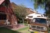06 Kamperen en genieten in de binnentuin van Felicidad en waar Alberto Teran Solis (hoogleraar electromotoren en automatica) in zijn vrije tijd in zijn werkplaatsje bezig is