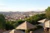 31 uitzicht over de stad Sucre vanaf de top op Calle Polanco, La Recoleta. De huizen, kerken en paleizen in Sucre zijn smetteloos wit en de Terra Cotta daken steken ver af tegen de stad