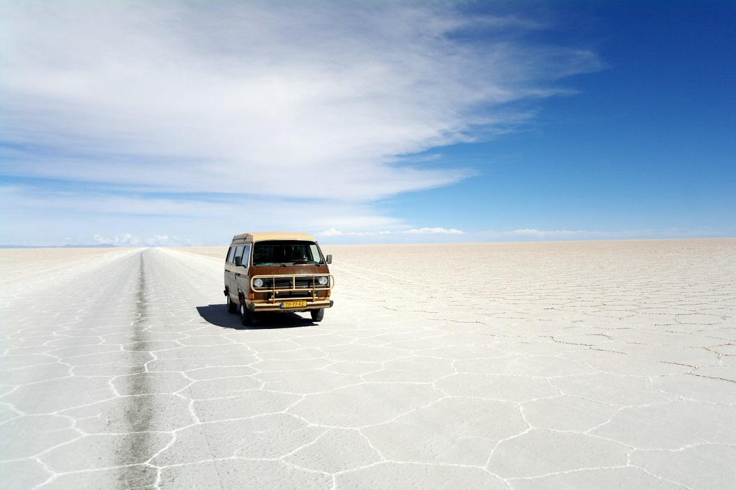 28 zo ver als je kijkt eindeloze zoutwoestijn, 12.000 km2 groot op een hoogte van 3653 m