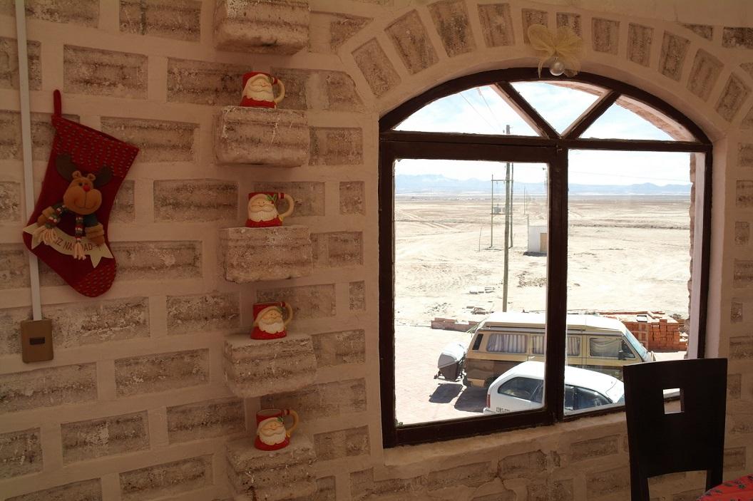 37 we overnachten in ons busje naast het Hotel Cristal Samana, Hotel de Sal. Een prachtig Hotel helemaal opgebouwd van zoutblokken, aan de rand van het de zoutwoestijn