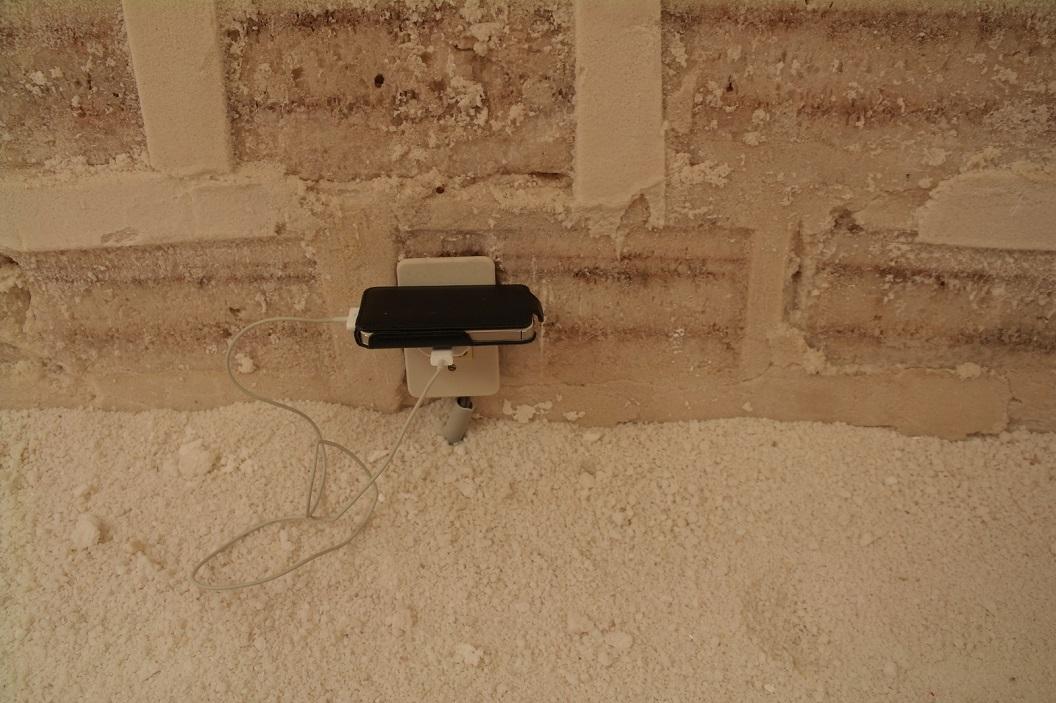 39 mijn telefoon opgeladen, rustend op een zoutblok en lopen over de vloer van zout