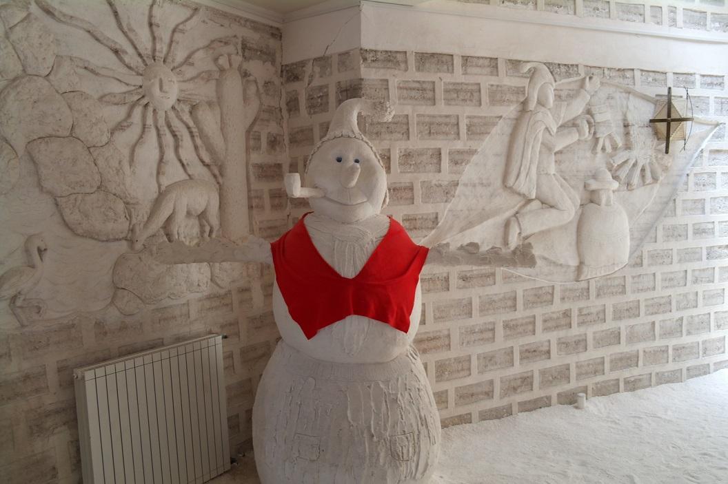 40 in de hal een grapje, sneeuw- zout-pop, en prachtige zout relief afbeeldingen aan de muur.