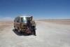 24 samen met ons busje in deze oneindige Salar de Uyuni, de grootste zoutwoestijn ter Wereld