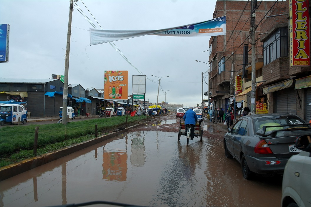 08 straatbeeld Juliaca in de regen