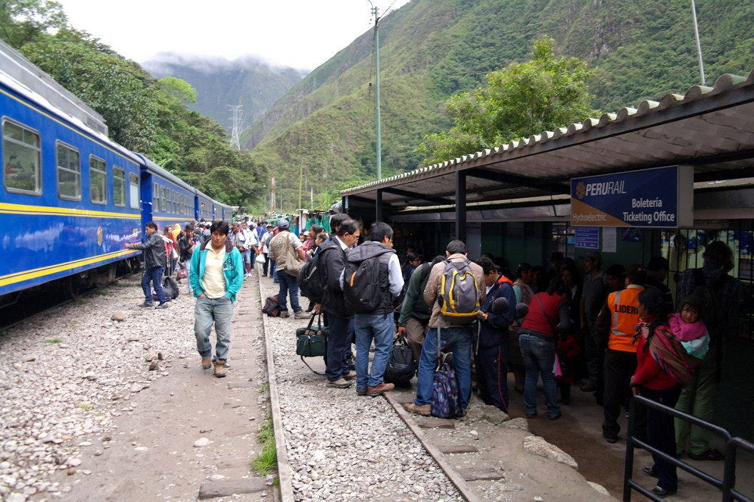 03 als de trein gearriveerd is groeit de lange wachtrij bij het loket voor de verkoop van de tickets snel aan