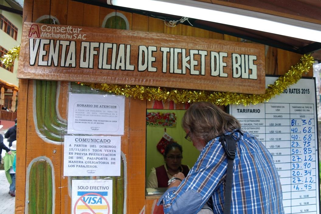 05 Venta oficial de ticket de bus - Officiële verkoop buskaartjes. De bustickets worden per persoon uitgeprint op naam en paspoortnummer