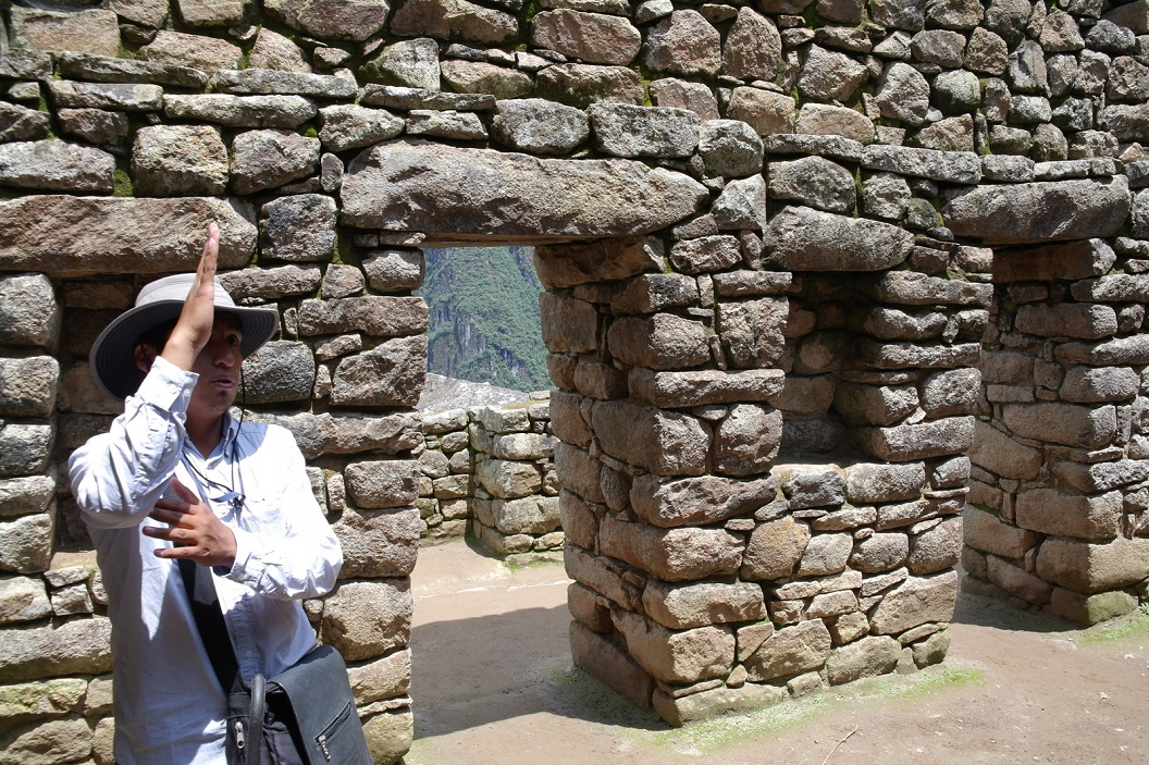 32 de huizen hadden vermoedelijk steile daken, de deuren zijn trapezevormig