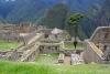 21 het stedelijk deel van Machu Picchu. Vaak staan de huizen in groepjes rond een binnenplaats en zijn deze groepjes onderling door nauwe steegjes met elkaar verbonden