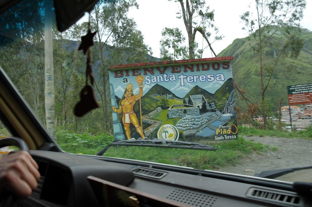 30 Santa Teresa, op de route naar Machu Picchu, vanaf Santa Teresa wordt de weg smaller, onverhard en door berghellingen onoverzichtelijker