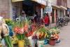 04 bloemenstalletje in het centrum van Urubamba naast winkeltje met Pavos Gallinas Pollos - Kalkoenen Kippen Hennen