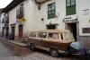 01 bij aankomst in het oude centrum van Cusco parkeren we ons VWbus op het kleine parkeerplaatje voor het Hostel MALLQUI