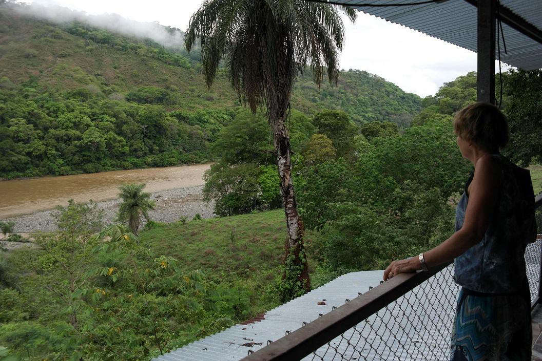 09 zicht op rivierdal Rio Terraba in Curre bij wegrestaurantje, Route 2 SAM_4667