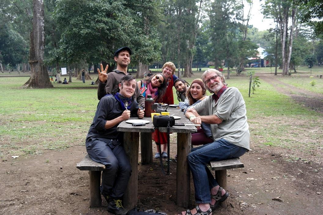 53 vlnr Gabriel (clown), Felipe (dancer), Lise, Willie, Matias, Nelda en Wim (deelnemers) roerend afscheid AM_4933
