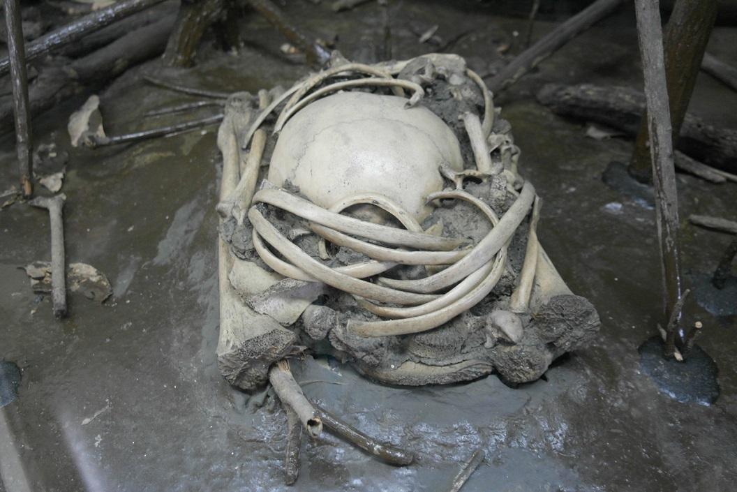 11 uitleg van begravenis rituelen, hier een voorbeeld hoe een tweede begrafenisplaats eruit zag. Men werd 2 x begraven - de 1e x om eerst de ziel de tijd te geven SAM-4737