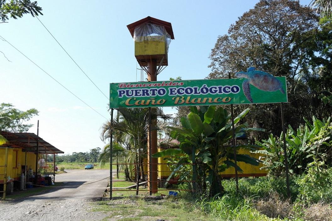 10 gearriveerd in Cano Blanco, Puerto Ecologico waar we onze bus parkeren (waarbij uitkijkpost met securitie) SAM_5056