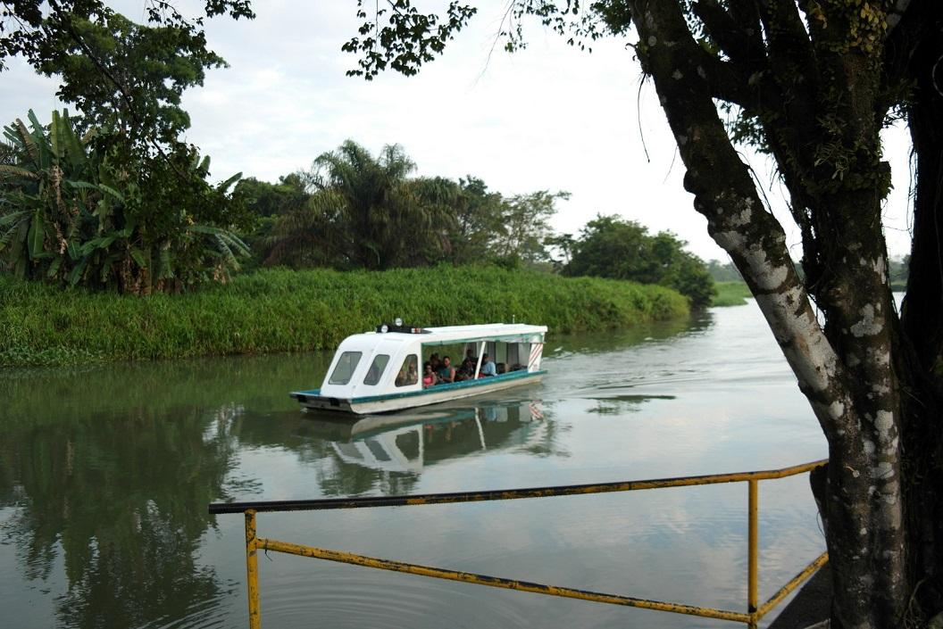 14 Parismina dorp is alleen per boot bereikbaar SAM_5068