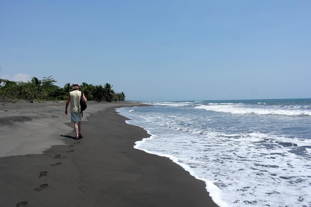 20 wandeling langs het strand - warm vulkanisch zand- waar we snachts zullen patrouilleren SAM_5081