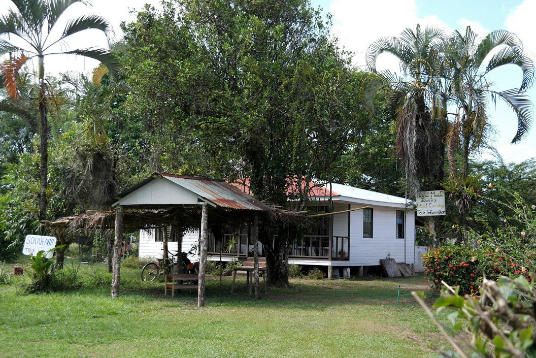 32 huizen op palen omdat het dorp regelmatig onderloopt SAM_5108