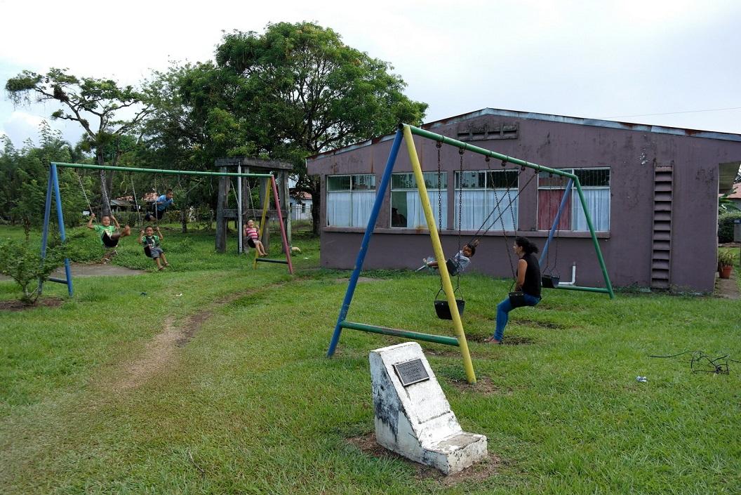 34 spelende kinderen bij het voedingcentrum - dorpsgebouw SAM_5161