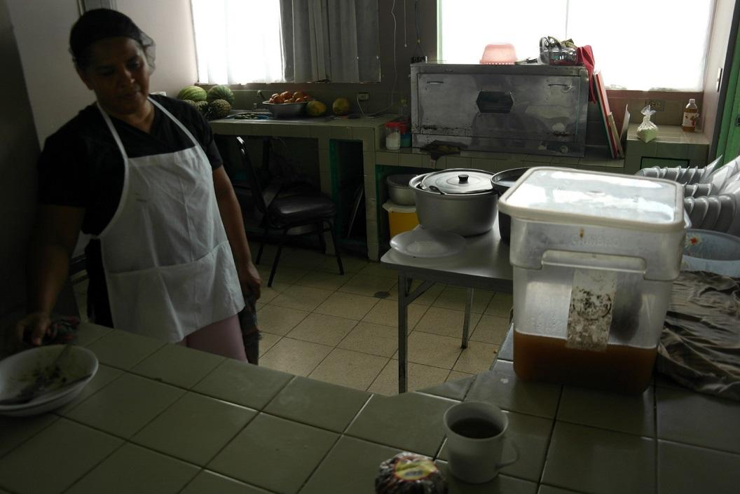 37 maaltijden dagelijks klaargemaakt door Jessinia met hulp van vrijwilligers, moeders en enkele vaders van de kinderen SAM_5264