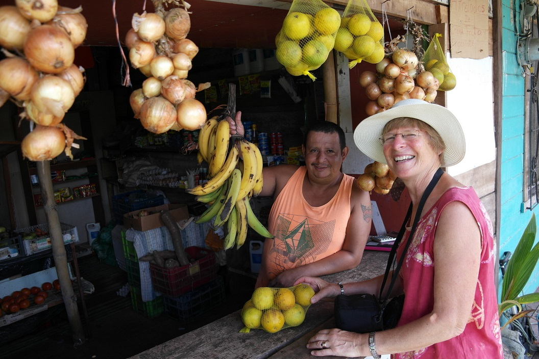 40 groenten en fruit winkeltje in Parismina dorp SAM_5205